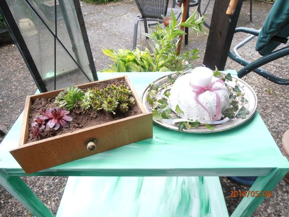 """Eine alte Schublade gefüllt mit Sukulenten und ein selbst """"gebackener"""" Betonkuchen, verschönern unsere Terrasse."""