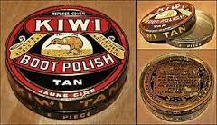 """Depuis plus d'un siècle maintenant, KIWI est spécialisé dans l'entretien des chaussures.  En 1906, William Ramsay met au point un cirage qu'il appelle """" KIWI """"en hommage à sa femme originaire de Nouvelle-Zélande, patrie de l'oiseau dénommé KIWI qui est l'emblème du pays. Au cours d'un voyage en Nouvelle-Zélande, il avait en effet remarqué cet oiseau étrange sans ailes et au plumage brillant et lisse."""