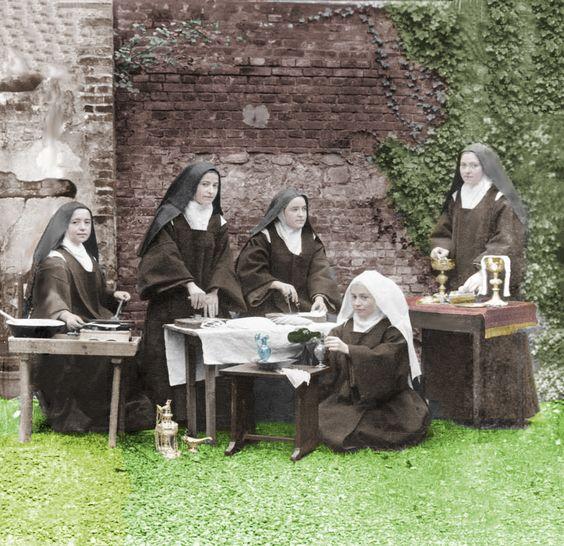 Foto de Santa Terezinha e suas irmãs preparando as hóstias e vinho.... restaurada e colorizada depois no photoshop...