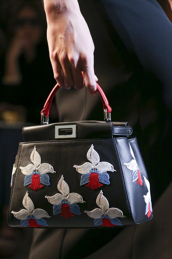 MFW, Fendi by Karl Lagerfeld , cartera de asa corta, cuero y bordados de orquideas