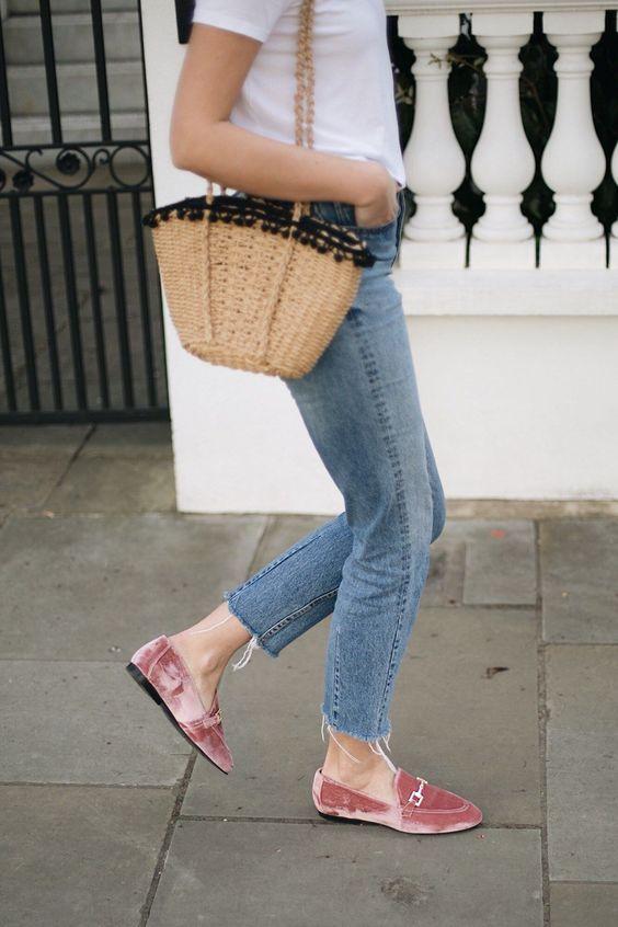 Chica con mocasines de terciopelo color rosa.