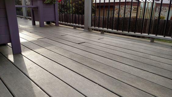 Un portico o un patio in legno non diventa caldo o freddo come uno in pietra. È comodo e ha un bell'aspetto. Uno svantaggio è il fatto che il legno può diventare scivoloso quando è bagnato a causa delle alghe, ma è possibile risolvere facilmente questo problema con un prodotto ecologico per eliminare le alghe. Questo articolo ti mostra in alcuni semplici passaggi come costruire un portico o un patio in legno. #portico #Skilhelps #DIY #FUN