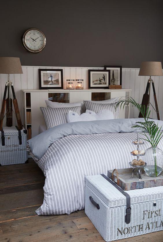pour le mur très foncé et le lambris blanc en dessous avec la petite étagère que j'adore ...: