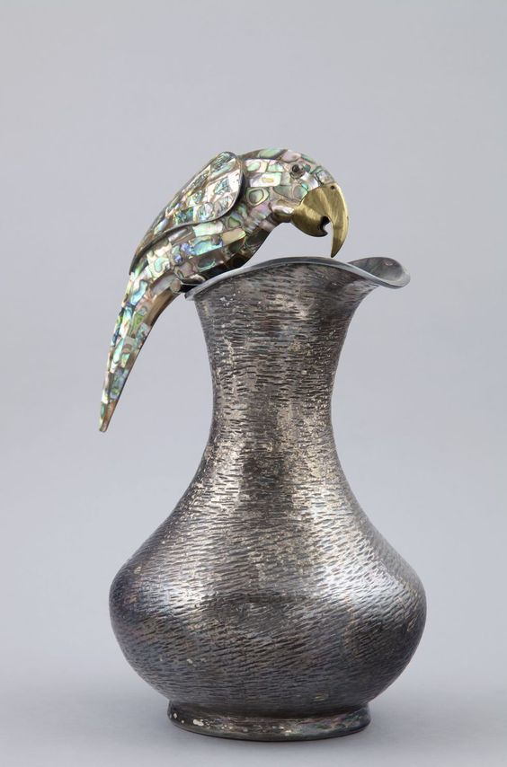 Una jarra con un loro de Los Castillo, diseñado en México en 1950. Está hecho con plata y concha.