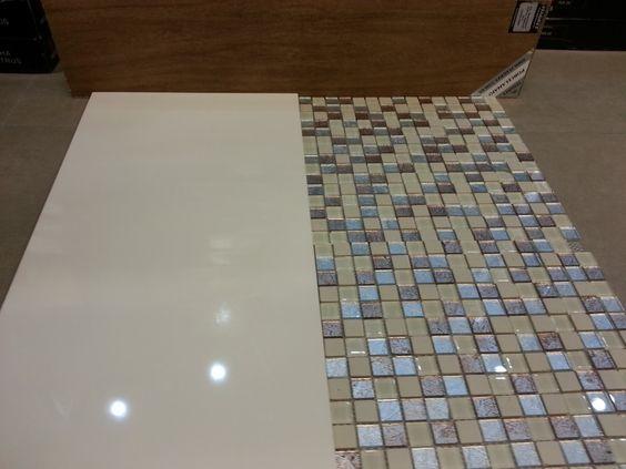 banheiro piso porcelanato no chão que imita madeira e na parede pastilhas ton -> Banheiro Cim Pastilha