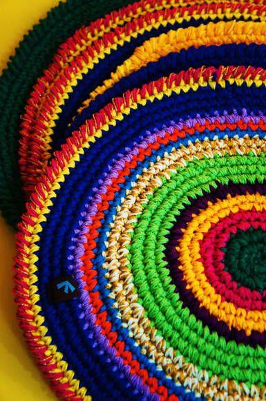 Jogo americano em crochê com fio 100% algodão e diâmetro de 32cm. R$ 138,00
