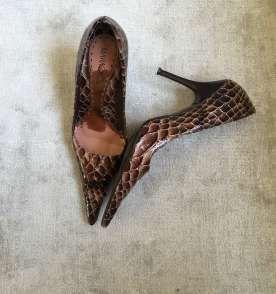 Escarpim em couro fake