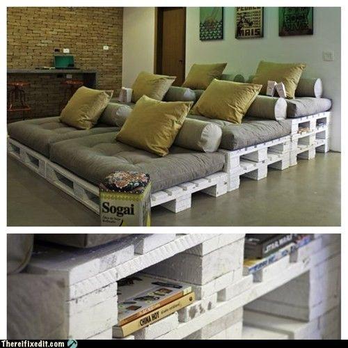 Des canapés en gradins réalisés avec des palettes, parfaits pour créer un salon cinéma.