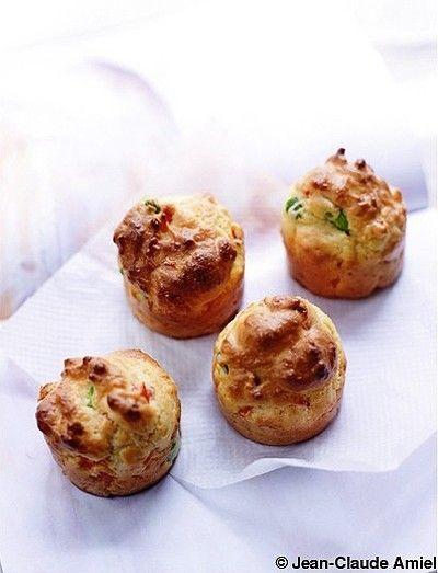 Muffins poivron rouge et chorizo  ngrédients      150 g de farine de blé 50 g de farine de quinoa 4 cuillère(s) à soupe d'huile d'olive 3 oeufs 120 g de fromage blanc      1 sachet de levure chimique 50 g de comté râpé 1/2 poivron rouge 50 g de chorizo 50 g de fèves écossées