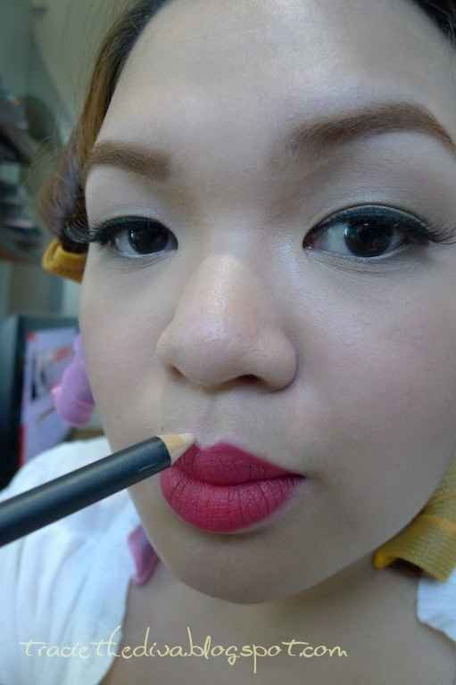 Use delineador branco para acentuar seu arco do Cupido. | 41 dicas de beleza que toda garota deve ter em seu arsenal