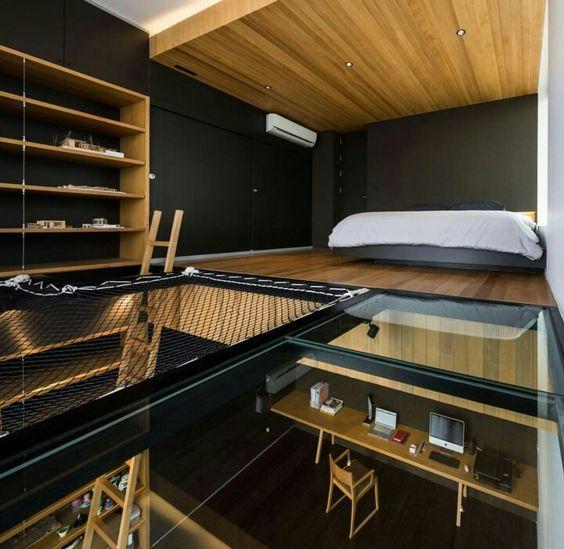 Dormitorio a dos alturas con red y cristal