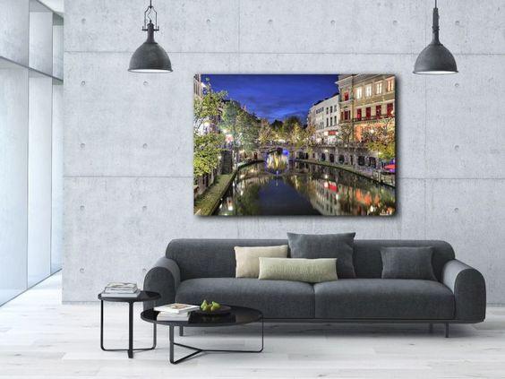 Een geweldig werk van Nederlandse bodem. Letterlijk! Het authentieke beeld van de grachten van Utrecht is vastgelegd in de beginnende avond. De lucht kleurt nog helder marine blauw, maar de straten kleuren al richting de warmte van het bruisende nachtleven.