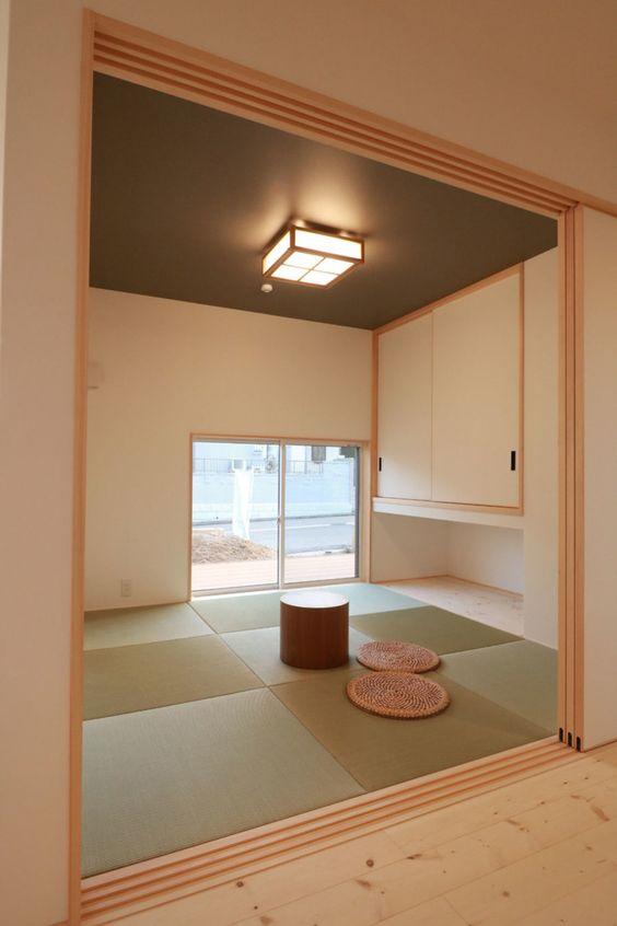 LDKと和室は南に面していて、 和室の窓は畳に座って外が見えるくらいの高さに。 和室収納の下に来客者の荷物を置いたり、 飾り物を置ける場所を作りました。 #和室 #リビングからの和室