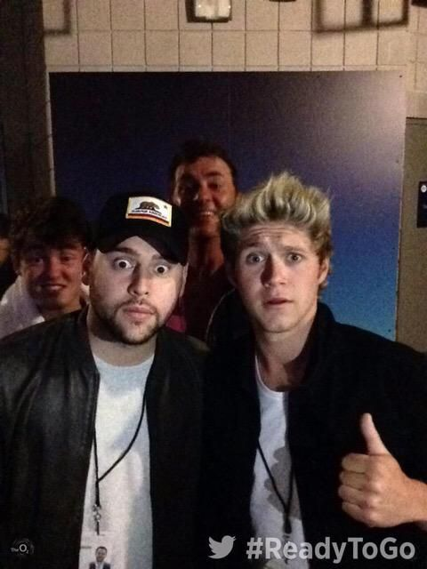 Niall last night with Scooter Braun, Jake Roche & Shane Richie!