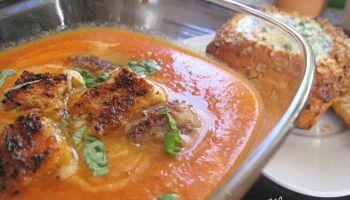 Geröstete Tomaten Suppe mit gegrillten Käsecroutons und Ei im Brötchen
