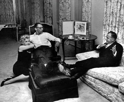 Marilyn And Husband Arthur Miller Meet With Producer Kermit Bloarden In Their Apartment At 444 East 57th Street New York 1958 Pinterest
