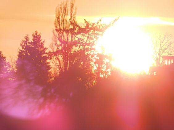 Meditation mit Lichtreflexionen. Abendsonne am Horizontrand.