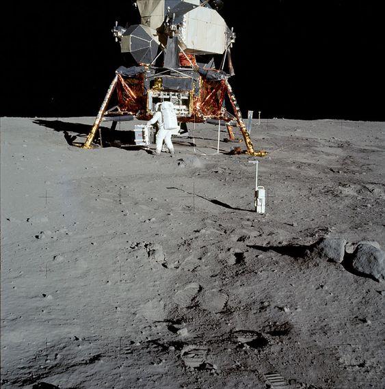 月面で大きなもので作業している様子