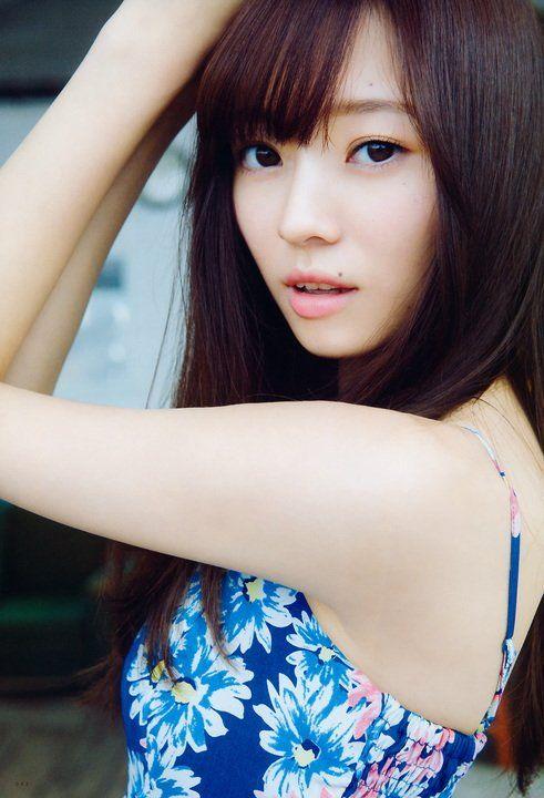 青い花柄のワンピースを着たロングヘアーの梅澤美波の画像