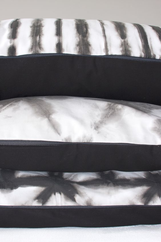 Top quality 100% handmade pillow, black and white, with shibori pattern on 100% cotton. Tie dye on white cotton fabric, back side pillow black plain cotton fabric. The pillows are available on the shop dawanda (Germany/france/uk), delivery international possible... http://de.dawanda.com/shop/designedonearth
