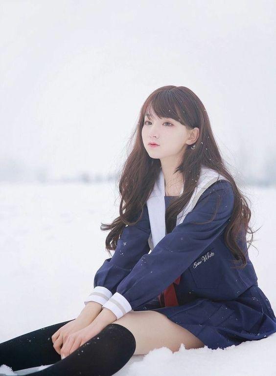 坐在雪地上,好涼!