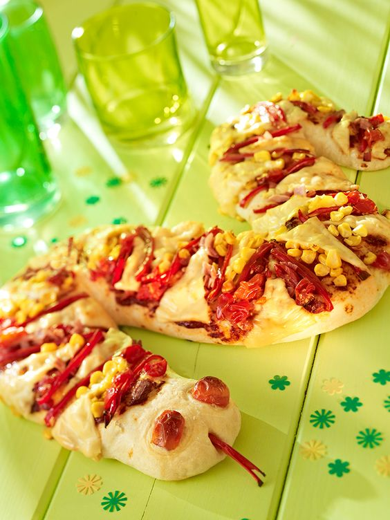 Leckere Pizza aus Hefeteig in Schlangen-Form für den Kindergeburtstag