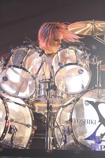 髪の毛を振り乱してドラムを叩いているXJAPAN・YOSHIKIの画像