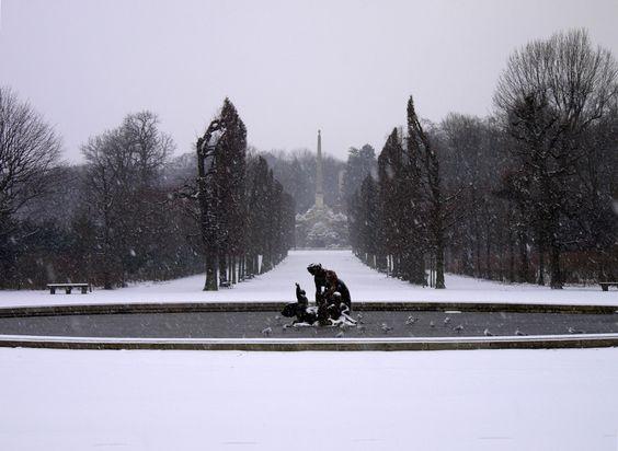 Round Pool fountain winter in Schönbrunn