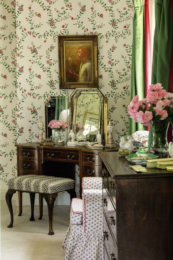 イギリス インテリア 寝室 壁紙 花柄 植物 コーディネート例