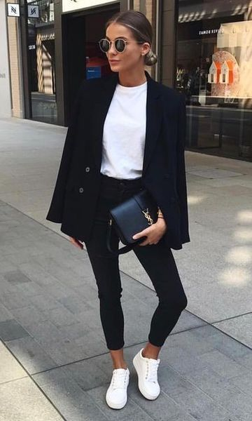 Look calça preta skinny, tshirt branca, blazer preto e tênis branco.