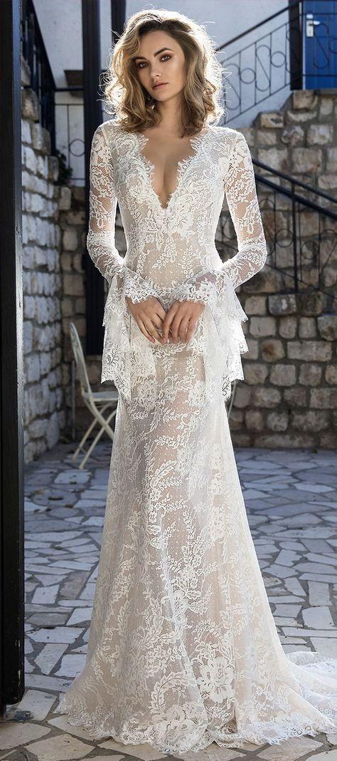Сватбената рокля Henika 2017, изработена от специална испанска дантела, има ръкави, които придават на роклята уникален вид.