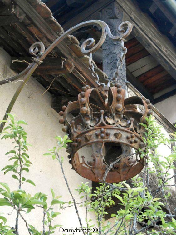 Enseigne, rue de la Couronne, Riquewihr, France: