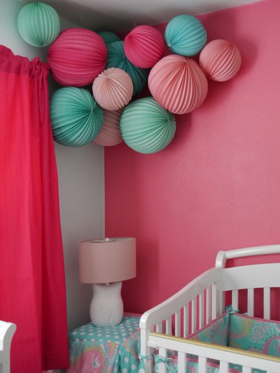 babyzimmer dekorieren chevron muster wand pompoms babyblau. Black Bedroom Furniture Sets. Home Design Ideas