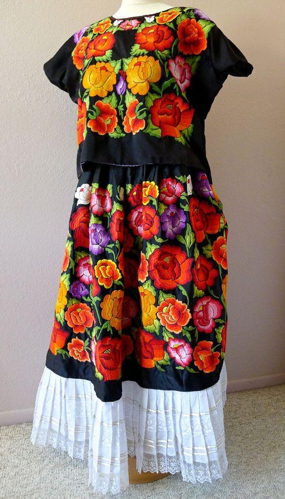 "Mano totalmente raso negro mexicano traje de Tehuana coleccionistas bordado multicolor floral mexicana Boho Frida Kahlo - 26 ""W x 20"" largo grande"