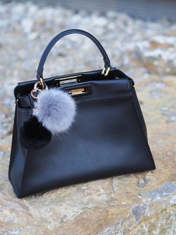 die-fashion-bloggerin-sandra-levin-zeigt-verschidene-Styling-Möglichkeiten-mit -einem Acne-Cardigan-in-schwarz-und-ganz-lang