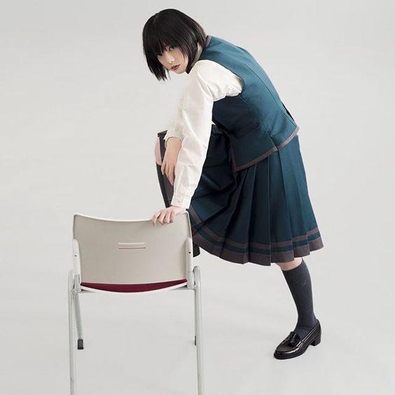 椅子に片足を乗せた平手友梨奈