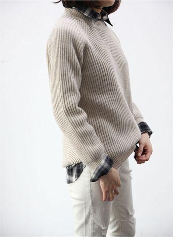 ブラック系のチェックシャツと畦編みニットの重ね着スタイル。 ボトムにホワイトジーンズを合わせて、全体をモノトーンでまとめた綺麗めカジュアルなお手本コーデです。 カフスを折り返すのがポイント。