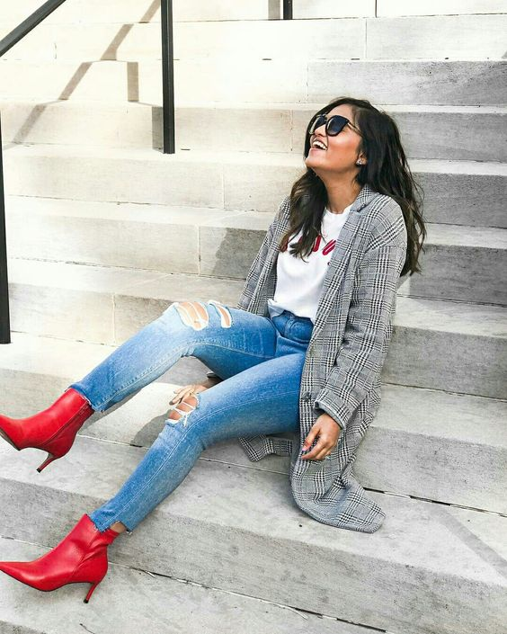 Calça jeans com bota vermelha e blazer xadrez príncipe de gales  @ootdmagazine  #bota #botavermelha #xadrez #xadreprincipedegales #principedegales #moda #estilo #tendência #fashion #fashionblog #modamujer #modafeminina #streetstyle #streetfashion #streetwear #modaderua #estiloderua #outfitt #ootd #outfitoftheday #outfitideas #outfits #looks #lookoftheday #lookdodia #look