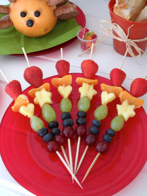 Rainbow fruit kebabs #Kabob #Skewer #Healthy #party #food #fun food for kids #colour # +++ Brochetas pinchos de frutas variadas colores de arco iris comida sana y divertida par niños