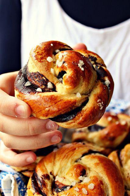 Les petits pain briochés au lait de coco et crème de cacao (French recipe).