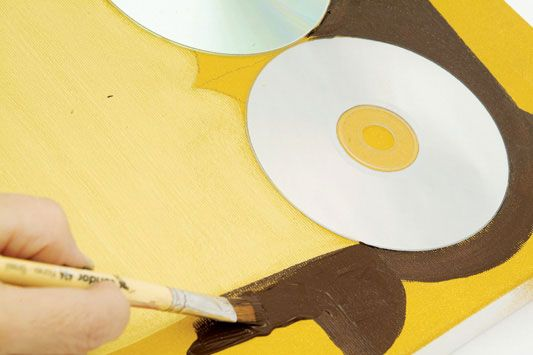 Use a tinta sombra-queimada e o pincel nº 424-14 para preencher as asas e a cabeça da coruja com movimentos de cima para baixo. Usando o mesmo pincel e tinta, preencha as penas inferiores intercaladas.