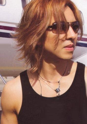 黒いタンクトップにサングラスをかけたXJAPAN・YOSHIKIの画像
