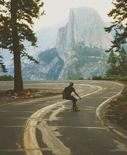 山をバックにスケートボード