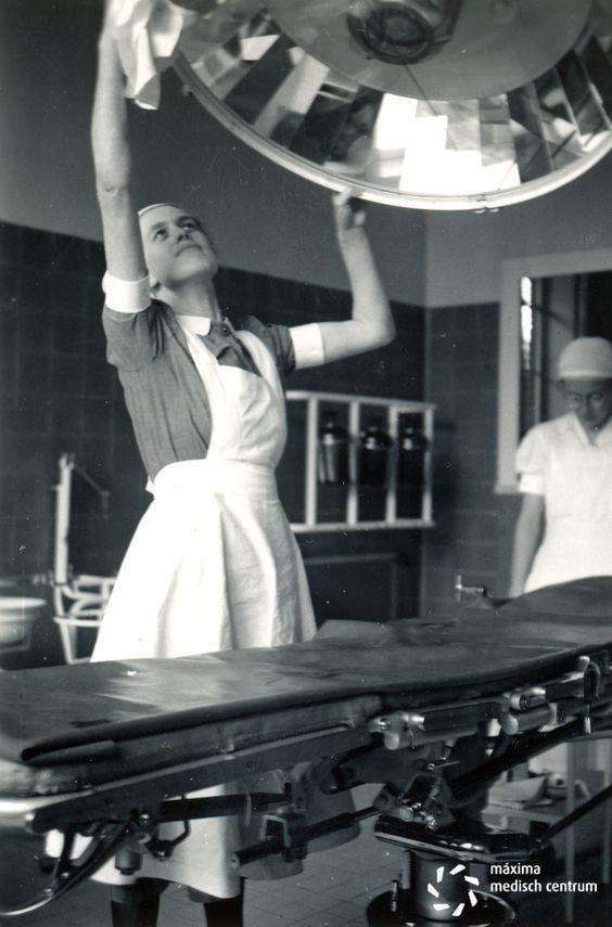 De operatiekamer wordt gepoetst van het #Diaconessenhuis in #Eindhoven aan de Parklaan 97 in 1950. #ziekenhuis #hospital #nurses #nurse #verpleegkundige