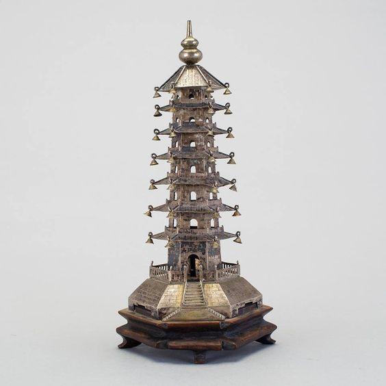 Pagoda em prata Chinesa do inicio do sec.20th, 21cm de altura, 2,340 USD / 2,110 EUROS / 7,390 REAIS / 15,590 CHINESE YUAN