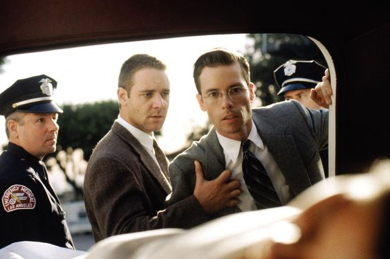 Still of Russell Crowe and Guy Pearce in L.A. Confidential (1997).