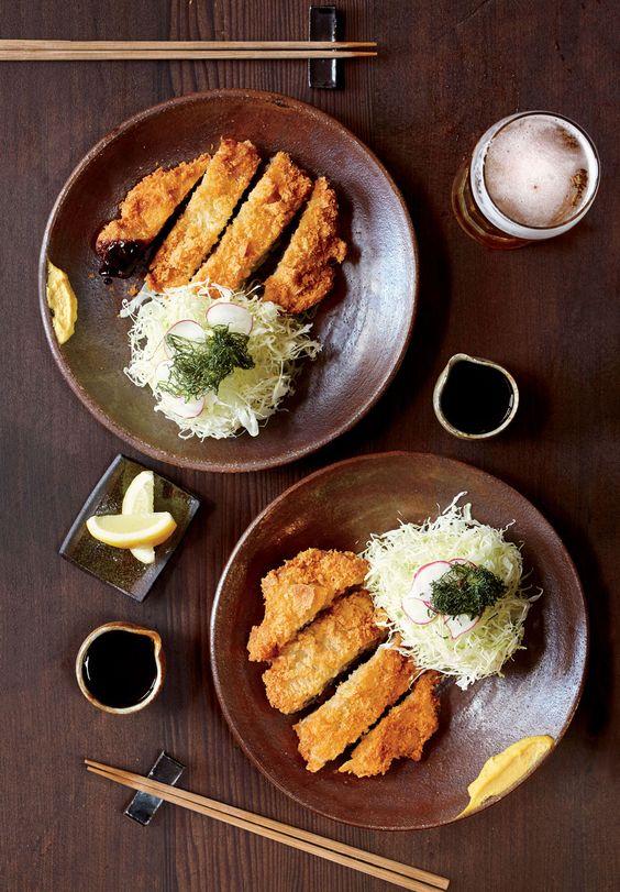 Tonkatsu thường được ăn kèm với bắp cải cắt nhỏ, hoặc được ăn cùng cơm (katsudon). Đây cũng là thứ thức ăn mặn kèm với cà ri kiểu Nhật (katsu kare) rất phổ biến