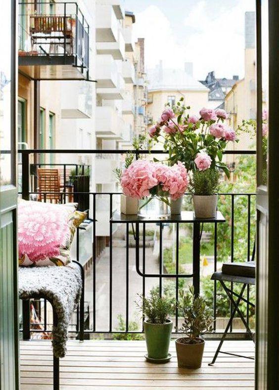 Fleurir son balcon... http://www.m-habitat.fr/terrasse/balcons/les-balconnieres-2829_A #fleur