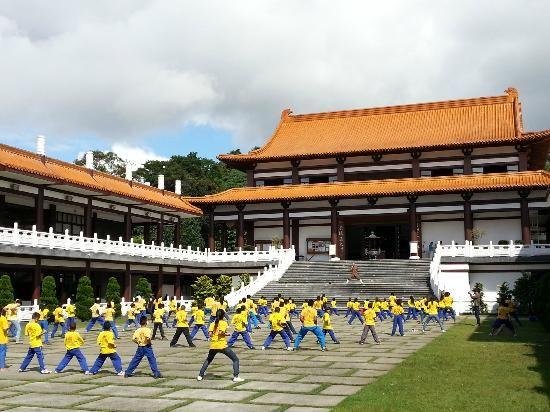 Cotia. Templo Zu Lai. Crianças carentes da região treinando artes marciais.