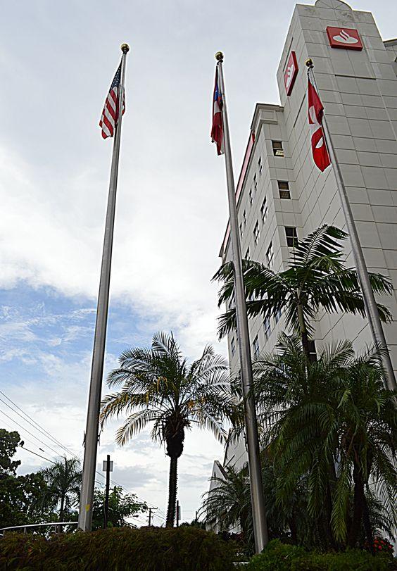 24. 29 de octubre del 2013. 2:16pm Aquí está el Scolion bank en la avenida de hato rey ya entrando por santurce . Las banderas hacen representación de Puerto Rico , con la de Estados Unidos y finalizando con la misma del banco . Estas banderas se concentran a la misma altura donde la de los países están del mismo tamaño menos la de scoltion bank, que es más Grande.